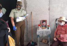 Photo of Carabineros de la oficina comunitaria atienden a una abuelita que vive sola