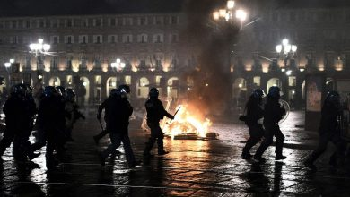 Photo of Manifestantes anti restricciones por el coronavirus se enfrentan con la policía en Italia